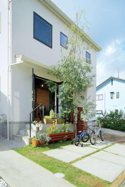 ココハウス【デザイン住宅、子育て、収納力】土間の扉は観音開きでフルオープンになり、大きなアウトドア道具の出し入れもしやすい