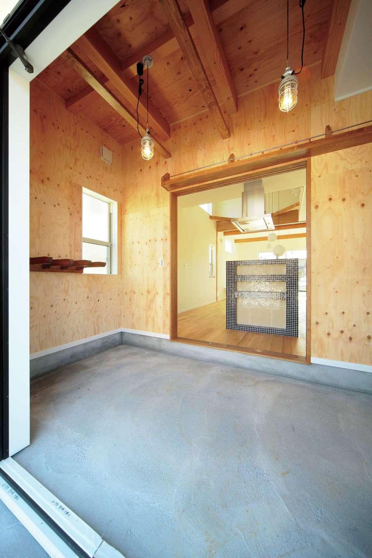 ココハウス【デザイン住宅、子育て、収納力】ご主人自慢の趣味の土間収納。サーフボード、スノーボード、キャンプ用品の収納をはじめ、ボードのメンテナンス作業などもできる広さを確保