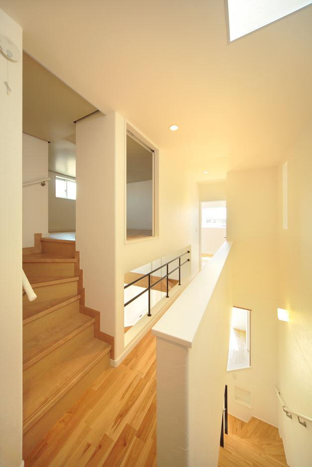 ココハウス【デザイン住宅、子育て、収納力】リビング上部の収納スペースには、季節の家電やひな人形などを収納。2階の廊下から階段で出入りできるため、収納品の出し入れがしやすい