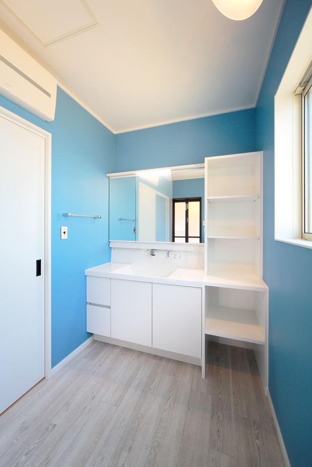 ココハウス【デザイン住宅、子育て、収納力】ブルーとホワイトのコントラストがさわやかな洗面室。収納力の高い洗面台で、5人分のタオルや洗面道具もスッキリと収納