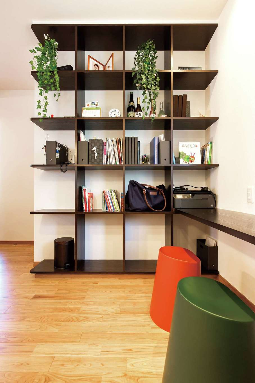 家を建てる時の要望の一つだった格子の飾り棚。壁側には机もあり、将来子どもが勉強する場所になる予定だ