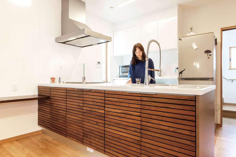AS STYLE (アズ スタイル)【デザイン住宅、収納力、子育て】オリジナルで製作した「MKマエダ」のキッチン。背面の扉を開ければ収納がある