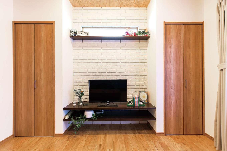 AS STYLE (アズ スタイル)【デザイン住宅、収納力、子育て】造作のテレビ台。壁はクロスではなく本物のタイルを貼ることで、LDKのアクセントになっている