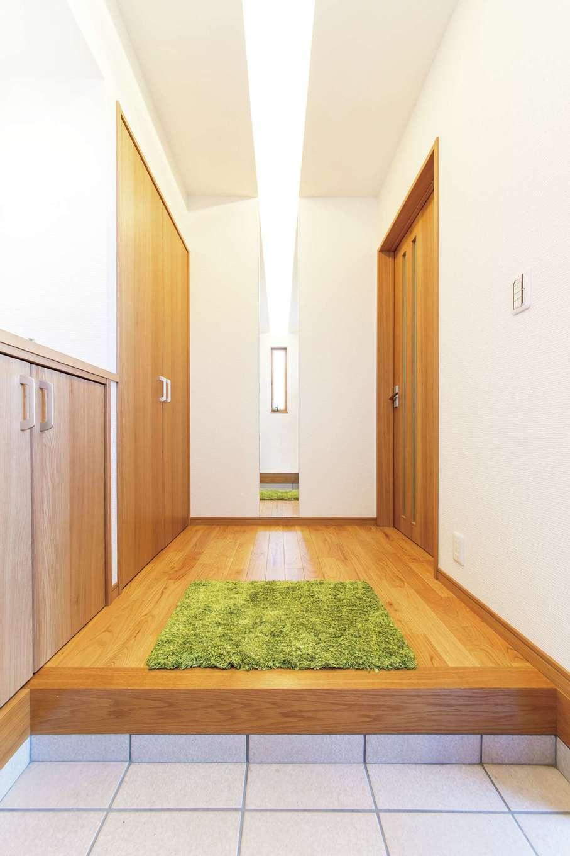 AS STYLE (アズ スタイル)【デザイン住宅、収納力、子育て】間接照明と鏡が一直線になるようデザインされた玄関