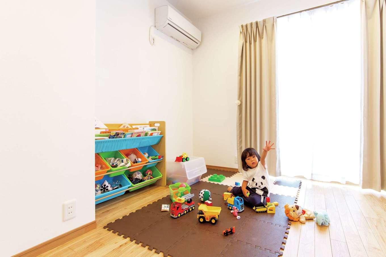 LDK横の部屋。今は子どものおもちゃスペースだが、将来は奥さまのグランドピアノを置く予定