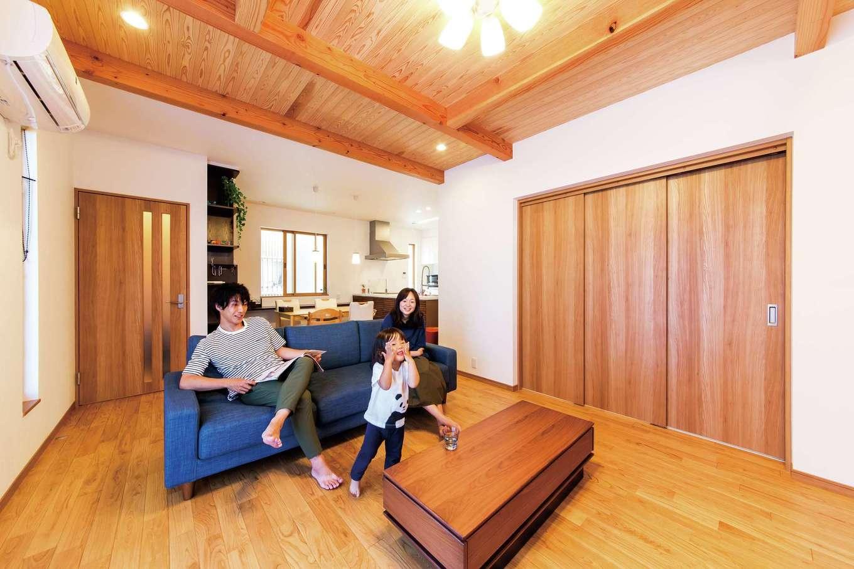天井の一部をクロスではなく杉板張りに、床は無垢のクリ材を使うことで温かみのある空間に。天井の高さもほかより10cm上げて開放感を生んだ