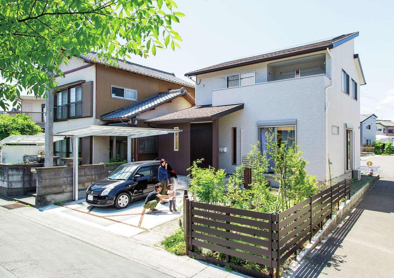 AS STYLE (アズ スタイル)【デザイン住宅、収納力、子育て】シンプルモダンな外観。玄関の入口に格子塀を設置しプライバシーを確保