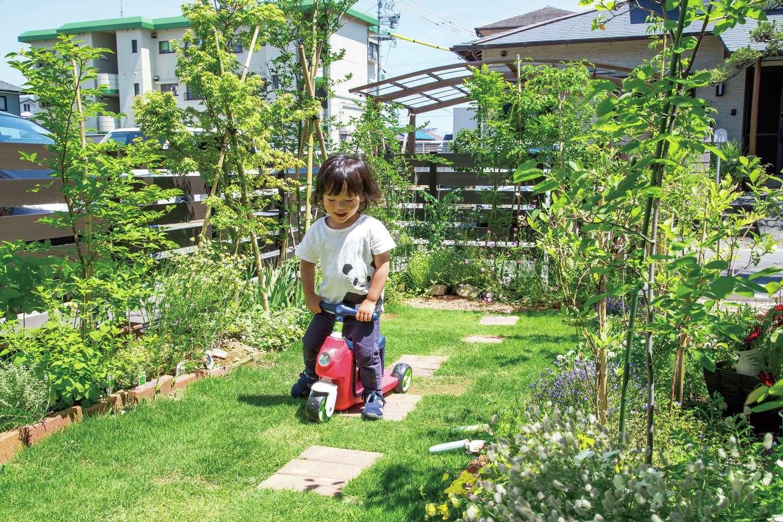 AS STYLE (アズ スタイル)【デザイン住宅、収納力、子育て】ご家族で作り上げたお庭で、子どもものびのび遊べる