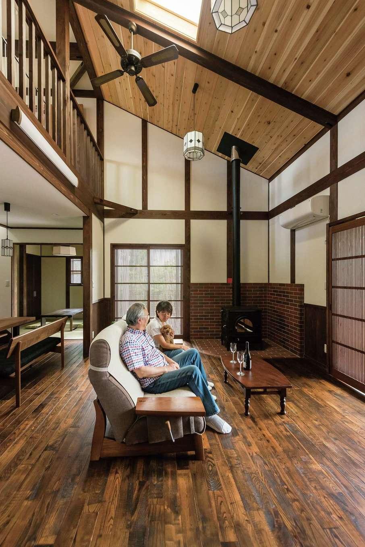片山建設【デザイン住宅、自然素材、夫婦で暮らす】勾配天井を生かした大きな吹き抜けが気持ちいい。自然塗装による木の色合いが落ち着いた雰囲気を醸し出す