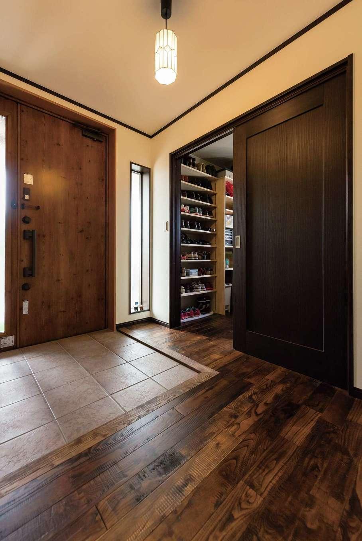 片山建設【デザイン住宅、自然素材、夫婦で暮らす】玄関はLDKと同じ栗天然木のフローリング。シューズクロークには愛犬の洗面スペースも
