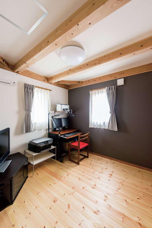 片山建設【デザイン住宅、自然素材、夫婦で暮らす】2階は床・梁とも着色なし。ご主人の仕事部屋はクロスでアクセントを