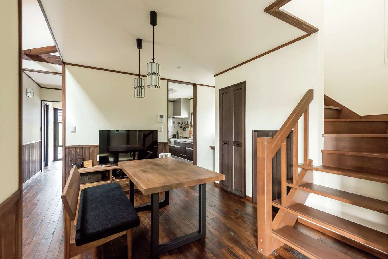 片山建設【デザイン住宅、自然素材、夫婦で暮らす】独立型のキッチンと短い動線で繋がるダイニング。収納もたっぷり