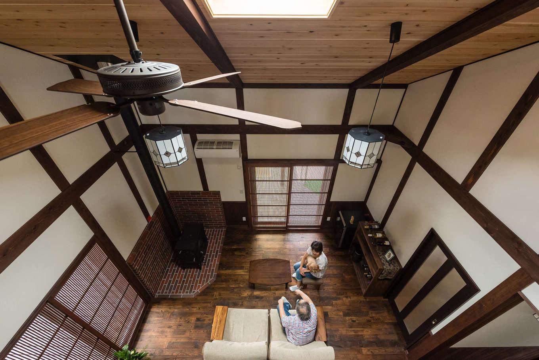 片山建設【デザイン住宅、自然素材、夫婦で暮らす】柱と梁は自然塗料で着色。大正浪漫風ステンドグラスが美しい。造作のワインラックにHさんも感激