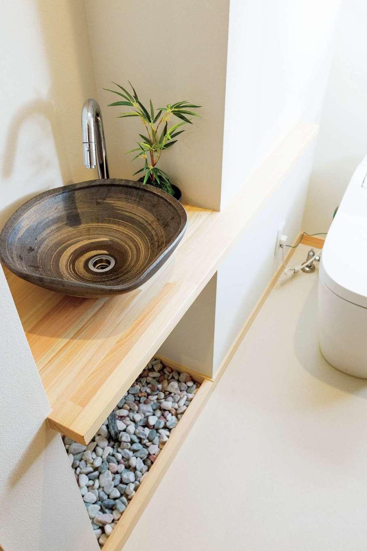 福工房【二世帯住宅、自然素材、スキップフロア】2階の洗面台はシンプルに造ってもらい、タイルや棚でアレンジ