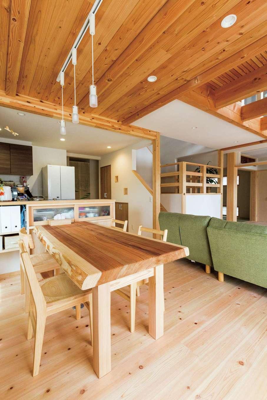 福工房【二世帯住宅、自然素材、スキップフロア】キッチンカウンターは藤枝展示場を参考に。ダイニングテーブルとイスも同社によるもの。統一感がうれしい