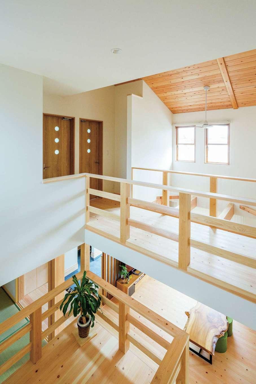 福工房【二世帯住宅、自然素材、スキップフロア】スキップフロアが立体感とメリハリを生む。下部は収納