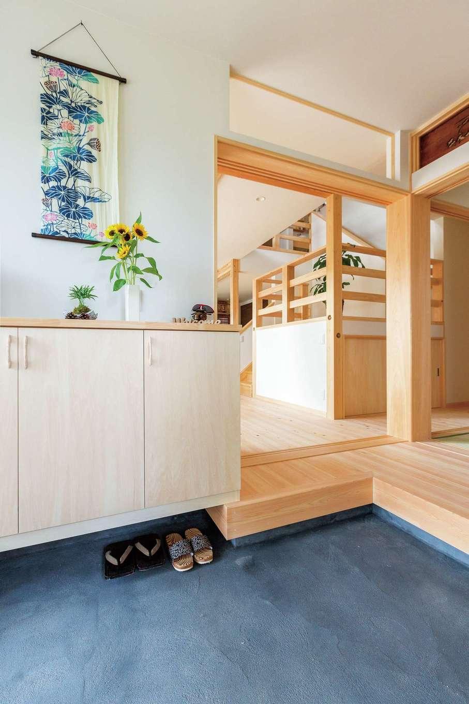 福工房【二世帯住宅、自然素材、スキップフロア】どこかなつかしさが漂う土間空間。和室の欄間は2つ前の家で使われ、倉庫に眠っていたものを再利用