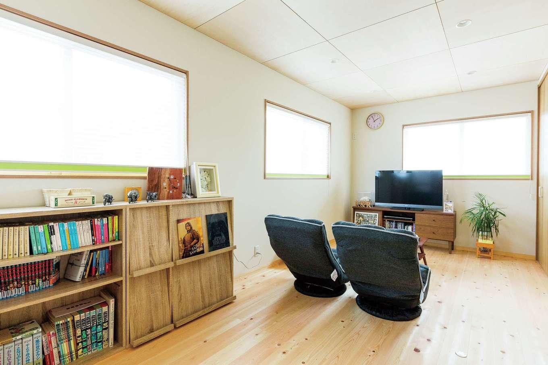 福工房【二世帯住宅、自然素材、スキップフロア】2つに分割できる将来の子ども部屋。現在はセカンドリビングとして使用