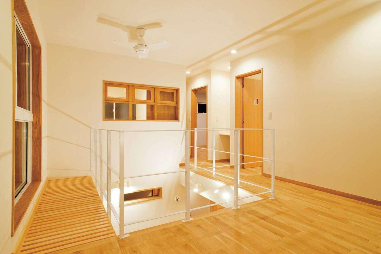 仲田工務店【収納力、自然素材、間取り】開放感のある3階のフリースペース。大きく取った窓の足元は格子状になっているので、階下の土間にも光が届く