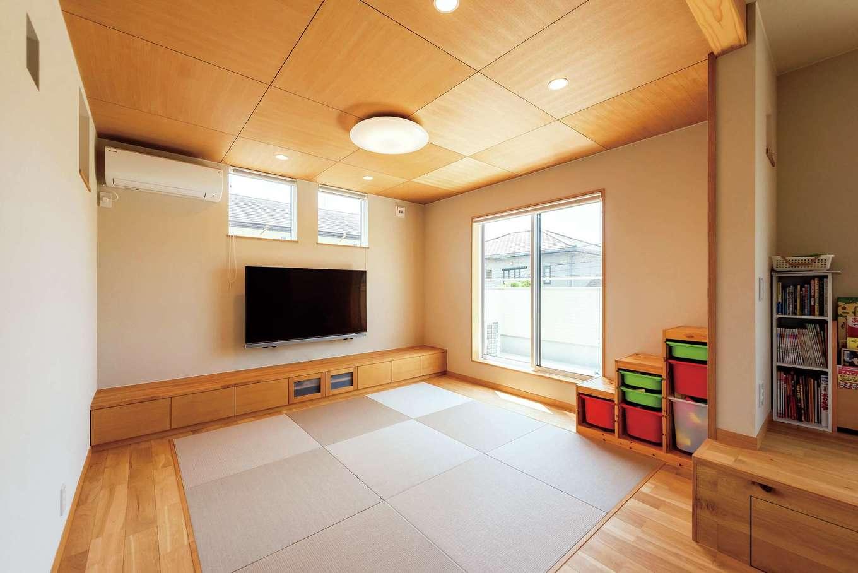仲田工務店【収納力、自然素材、間取り】畳敷きのリビングは奥さまの希望で。モダンな和テイストの琉球畳と格天井が、ダイニングの北欧テイストと見事に融合している