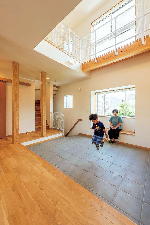 仲田工務店【収納力、自然素材、間取り】広い土間は、時として子どもの遊び場にも。生活の中で玄関を身近に感じられるので、ちょっとした外出も楽しくなったそう。北側に位置しているが窓を大きく取っているため、明るい空間に