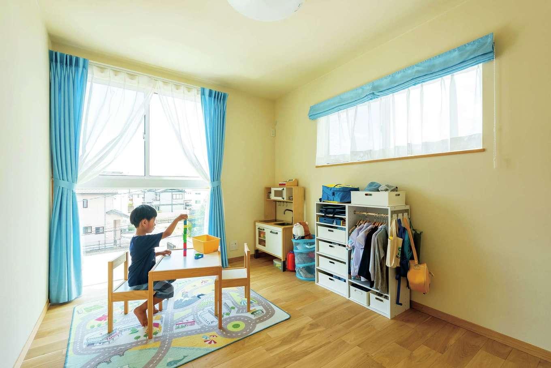 仲田工務店【収納力、自然素材、間取り】3階の子ども部屋。腰高窓の下はフィックス窓にして、日中の陽の光をたっぷり取り入れる
