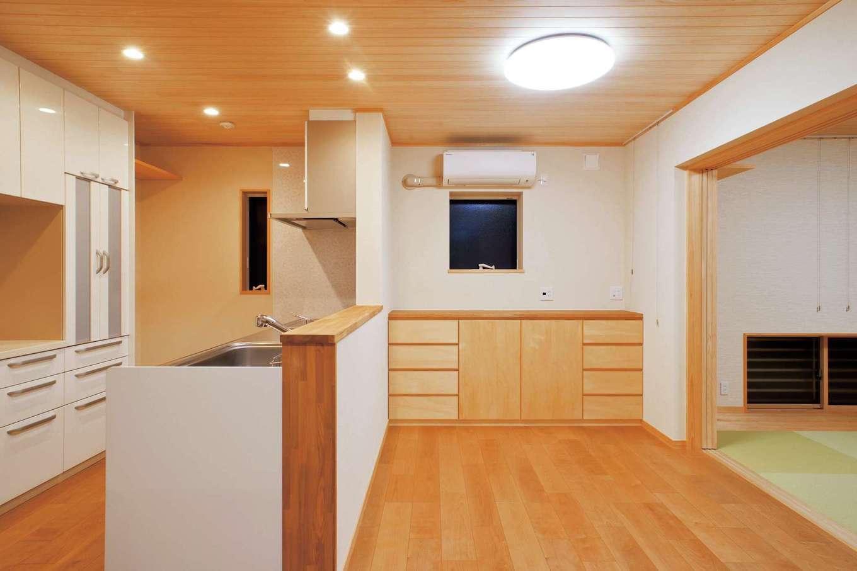 仲田工務店【収納力、自然素材、間取り】1階にある親世帯のLDKは、キッチンから和室リビングへの動線がスムーズ。目的を明確にした収納を設けているのですっきりとした暮らしが可能に