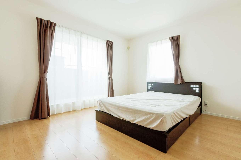 橋本組【デザイン住宅、子育て、間取り】8.4 畳ある広々とした寝室