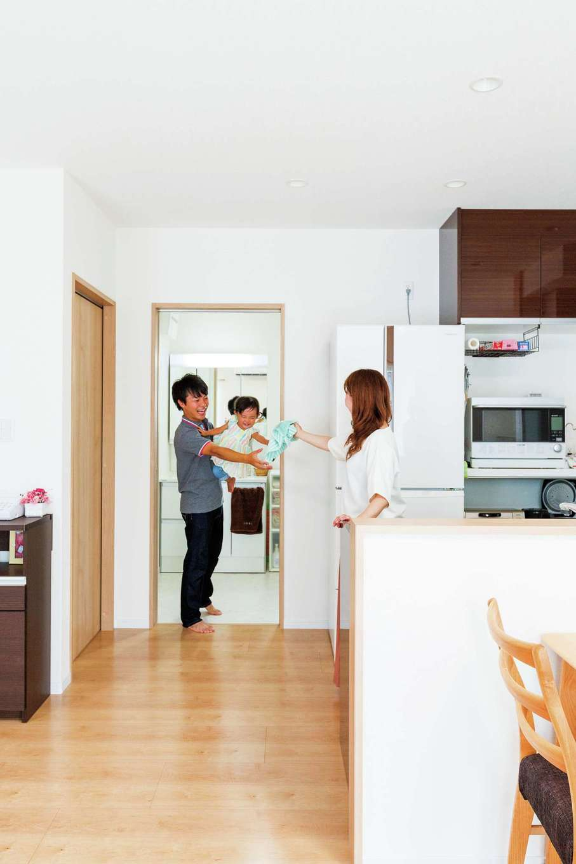 橋本組【デザイン住宅、子育て、間取り】キッチン、洗面所、浴室が最短距離でつながっているのは、家事や子育てで忙しいママにとって大事なポイント
