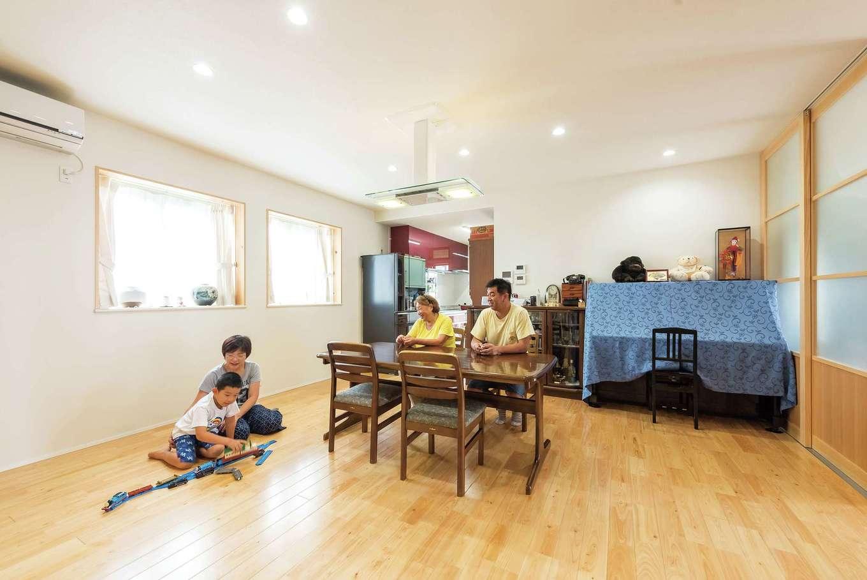 西川建設~Life is Dream~【和風、二世帯住宅、間取り】ダイニングテーブルを中心に家族が集まるLDK。1階の床はすべてひのき。すべらない加工を施してある