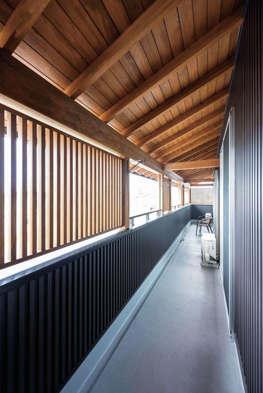 西川建設~Life is Dream~【和風、二世帯住宅、間取り】屋根付きのバルコニーは2階のすべての部屋に通じる。木の軒天と縦格子が美しい