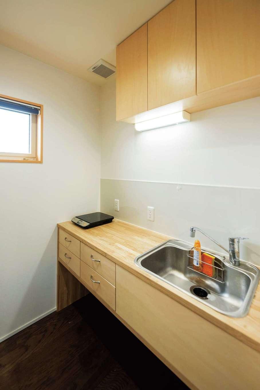 西川建設~Life is Dream~【和風、二世帯住宅、間取り】2階でも簡単な調理ができるミニキッチンを木で造作した