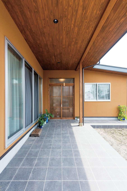 西川建設~Life is Dream~【和風、二世帯住宅、間取り】広い軒に覆われた玄関ポーチ。手前部分に格子戸を付ける予定だそう