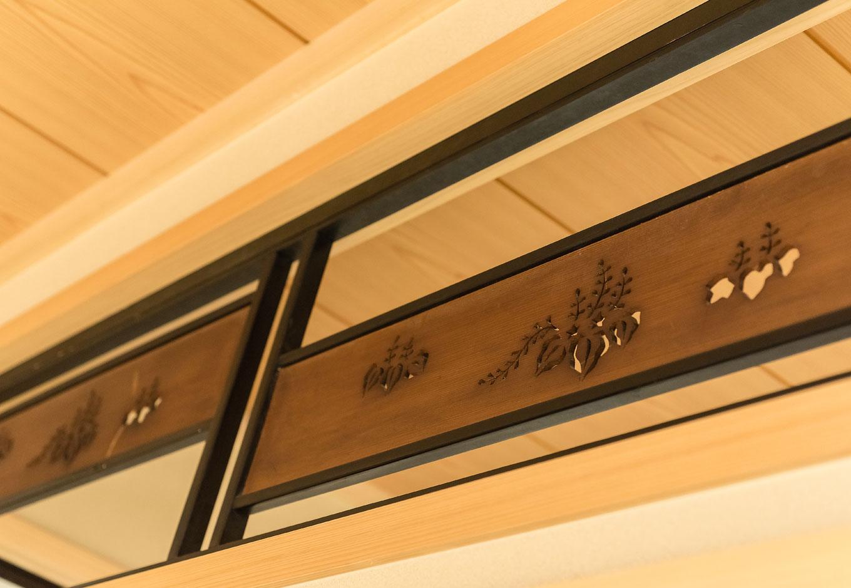 西川建設~Life is Dream~【和風、二世帯住宅、間取り】階段上の空きスペースを飾り棚兼収納に有効活用。奥行きがあるため階段側とリビング側の2方向から出し入れできるようにした