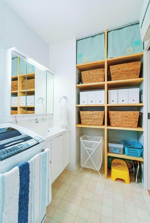 洗面室の一面を天井まで使える収納棚に。中に入れるカゴなどの寸法に合わせて作り、気持ちよく収まる