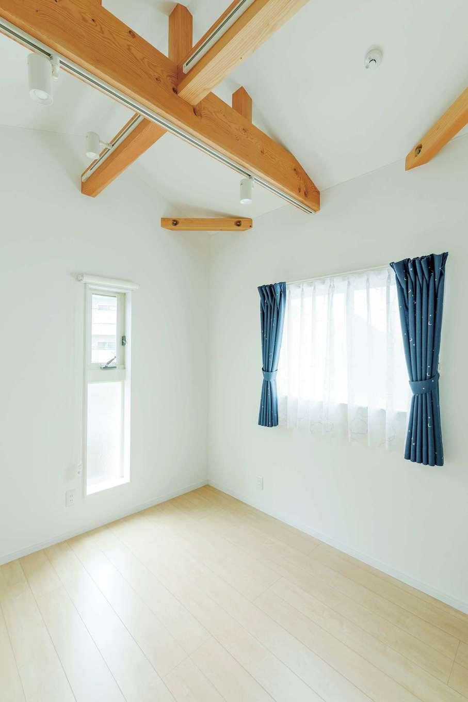 勾配天井に梁を出した子ども部屋。空間に明るさと広がりを演出。アクセントカラーで、大人っぽく仕上げた