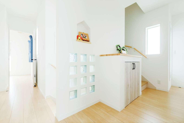 2階ホールに光を入れるため、壁にガラスブロックをはめこんだ。ニッチや収納は、高さカタチを整えイメージ通りの統一感を