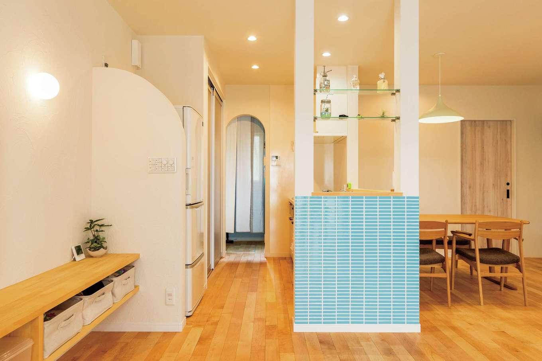 構造上必要な柱にクリアな板を渡して飾れる棚に。パントリー入口のアールの垂れ壁と、冷蔵庫を目隠しするアールの壁は塗り壁だからこそできる施工。空間にやわらかさが加わる