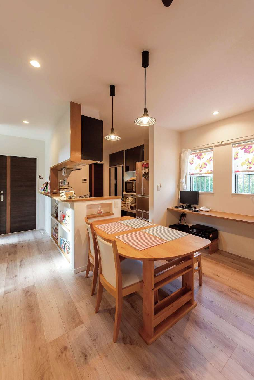 コンパクトにまとまったダイニングキッチン。「キッチンは自分の城なので、お気に入りの空間になるよう仕切ってもらいました」と奥さま。子どもが過ごすリビングや和室には目が届きやすく、それでいて個室感もある絶妙の間取り