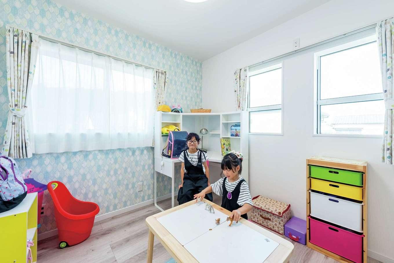 三和建設【子育て、間取り、スキップフロア】二人姉妹の子ども部屋は、左右対称の並びに。爽やかな色のクロスを選んで明るい印象に