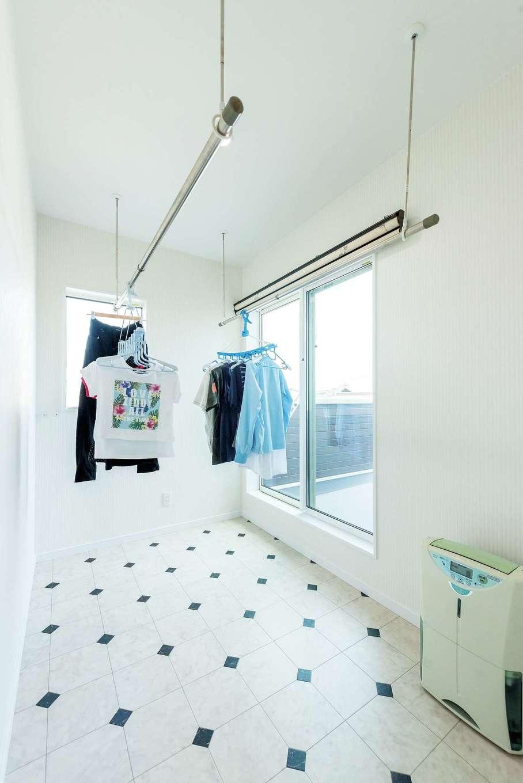 2階にあるランドリールームは、フルタイムで働く奥さまの希望で実現。夜、除湿器をかけて干しておけば、朝には乾いて取り込めるので、非常に便利なのだそう