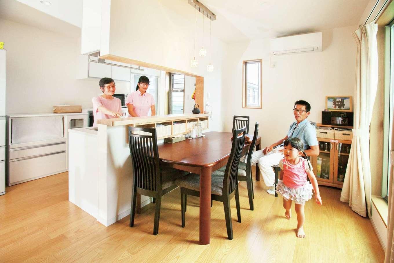 鳥坂建築【子育て、二世帯住宅、間取り】キッチンの後ろは広めの幅を取り、人が通る時もぶつからずにすむ。ダイニング側に設けたカウンターには家族それぞれの持ち物を入れておけるかご置き場を造った