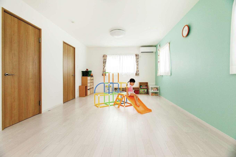鳥坂建築【子育て、二世帯住宅、間取り】壁のグリーンは長女が選んだ色。今は1部屋だが、中央に壁と収納を造って2部屋にすることもできる