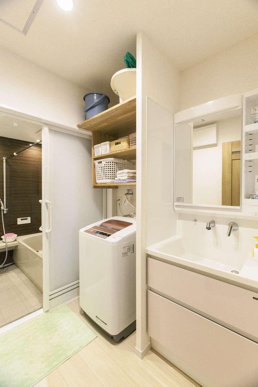 鳥坂建築【子育て、二世帯住宅、間取り】洗濯機の上に棚を造作。洗面の水はね防止に壁もつくり、空きスペースも無駄なく収納に活用できた