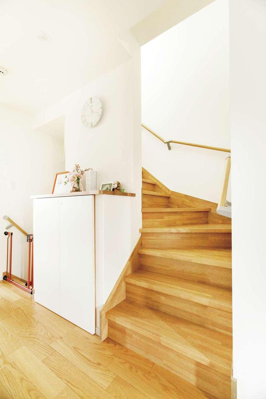 鳥坂建築【子育て、二世帯住宅、間取り】階段は幅が広めで歩きやすい。2階から3階に上がる途中の収納は高さがあると圧迫感が出るため、低めにして物を置ける天板をつけた