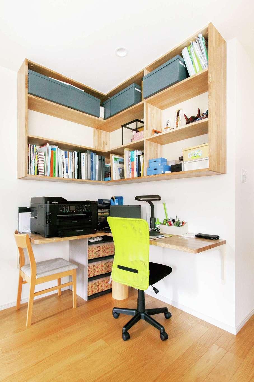 鳥坂建築【子育て、二世帯住宅、間取り】リビングの一角にご主人の書斎コーナーを。A4のボックスがぴたりと収まるように棚を造作した