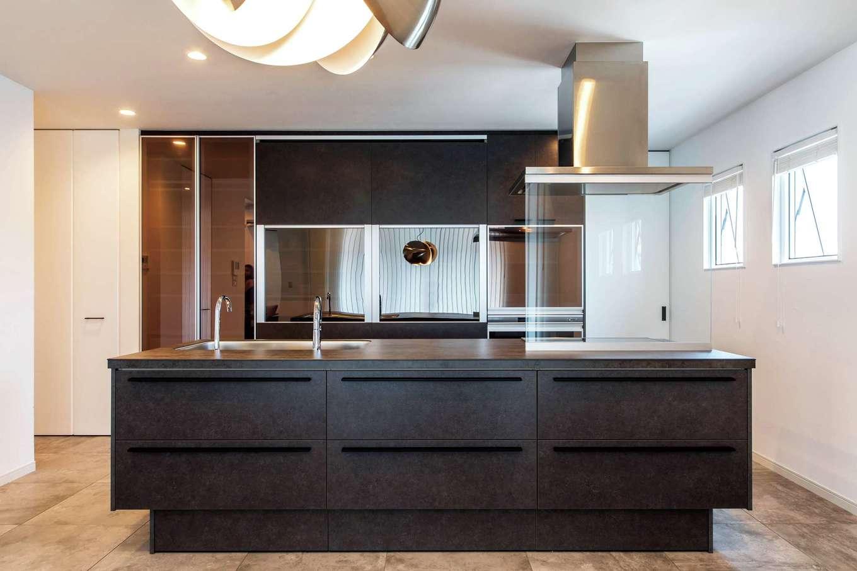 ハートホーム【デザイン住宅、子育て、ガレージ】広々としたLDKだからこそ、大きいアイランドキッチンを置いてもスペースをゆったりとれる