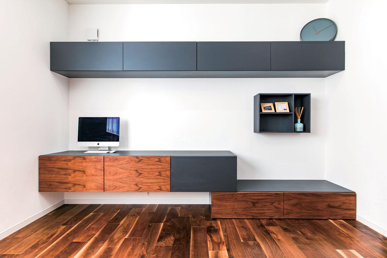 ハートホーム【デザイン住宅、子育て、ガレージ】同社が得意とする造作の収納を壁一面に設えた。シンプルで美しく、心地よいアクセントにもなる