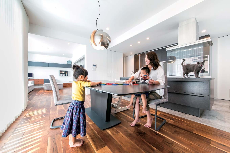 ハートホーム【デザイン住宅、子育て、ガレージ】2階にある明るい広々とした30坪のLDK。床材は無垢の中でも厚めのアメリカンブラックを使用。床から感じる温かみが子どもたちにやさしい