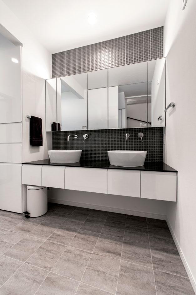 ハートホーム【デザイン住宅、子育て、ガレージ】1階の洗面は、とにかく広い。無駄のない収納と動線設計の成せる技